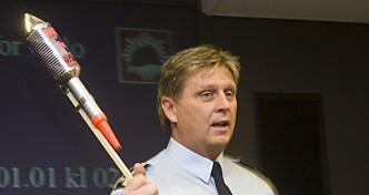 RAKETT: I 2008 informerte branninspektør Morten Engmann om de nye reglene for fyrverkeri og nyttårsaften, der blant annet bruk av pinneraketter ble totalforbudt. Foto: Heiko Junge / SCANPIX