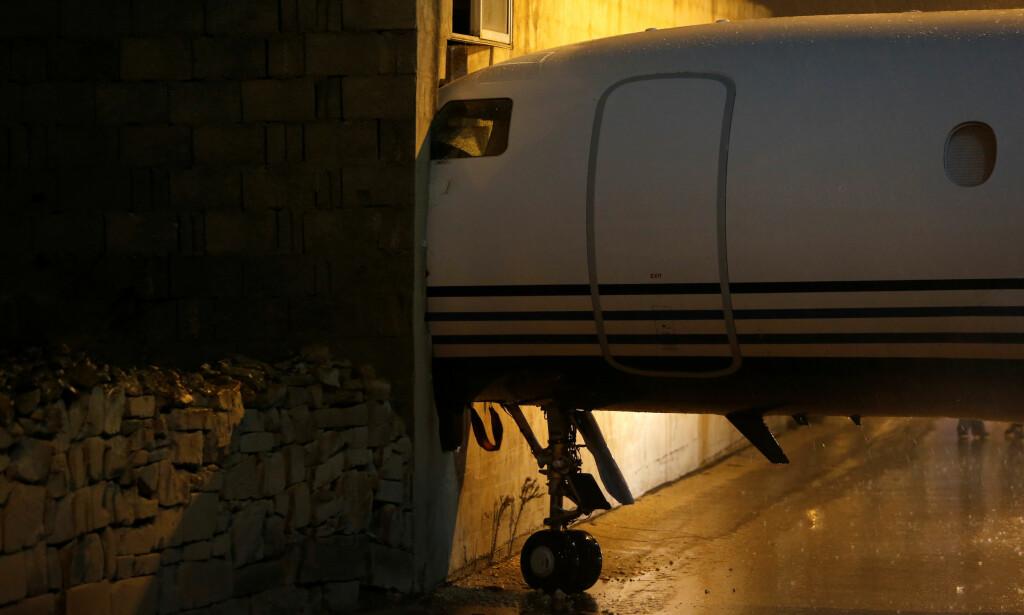 MØTTE VEGGEN: Flyet til britisk Lord Michael Ashcroft ble tatt av vinden og suste inn i en kontorbygning like ved den internasjonale flyplassen på Malta onsdag kveld. Foto: Darrin Zammit Lupi / REUTERS / NTB scanpix