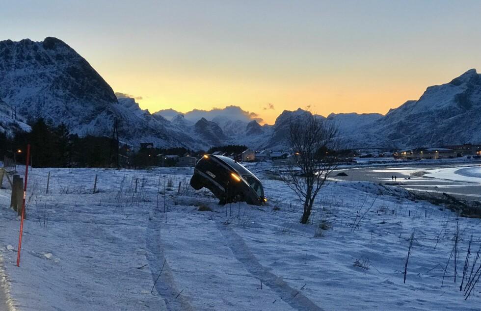 UTKJØRSEL: En bil kjørte av veien ved Ramberg rundt klokka 12.45. Foto: Arthur Pantalian Veines