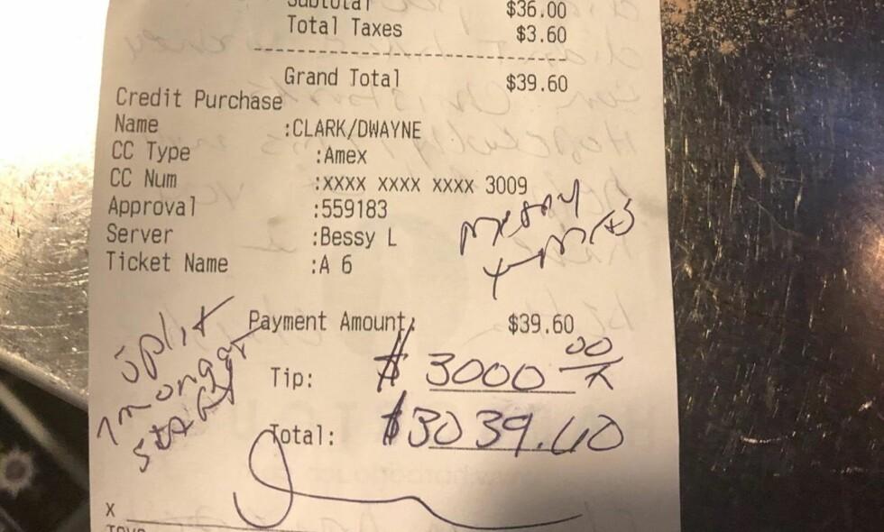 ET JULEMIRAKEL: Dwayne Clarke la igjen 3000 dollar i tips da han besøkte Brief Encounter Cafe på lørdag. Det tilsvarer nesten 25 000 norske kroner. Foto: Privat