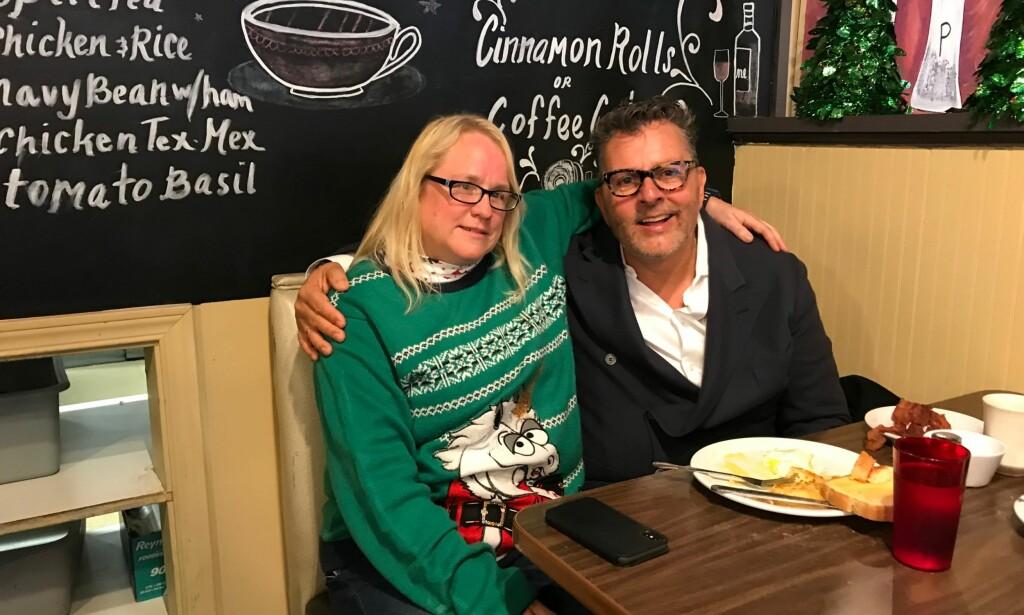 GRÅT AV GLEDE: Servitør ved Bried Encounter Cafe i Washington, Julie Wilson, gråt av glede da hun så tipsen Dwayne Clark hadde lagt igjen. Foto: Privat