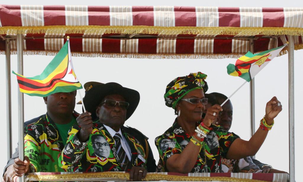 PENSJONIST: Tidligere president av Zimbabwe Robert Mugabe får en sjenerøs pensjon av regjeringen i landet. Her er han sammen med kona Grace. Foto: NTB scanpix