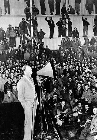 FOR SOLDATENE: Bing Crosby på scenen foran over 4000 amerikanske soldater og deres gjester, og sårede britiske og amerikanske tropper fra 42 lastebiler, i 1944. Bildet er tatt på basen til U.S Army 8th Air Force i England. FOTO: U.S Army / NTB Scanpix