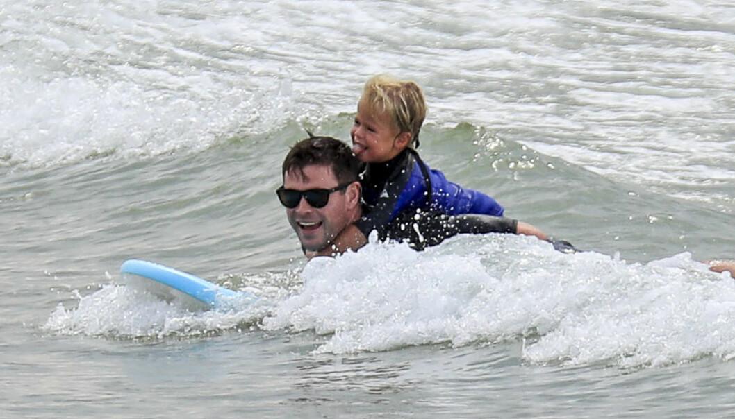 TRIVES I PAPPAROLLEN: Chris Hemsworth benytter fritiden på å tilbringe dagene med barna, hvor lek og moro gjerne står i fokus. Foto: NTB Scanpix
