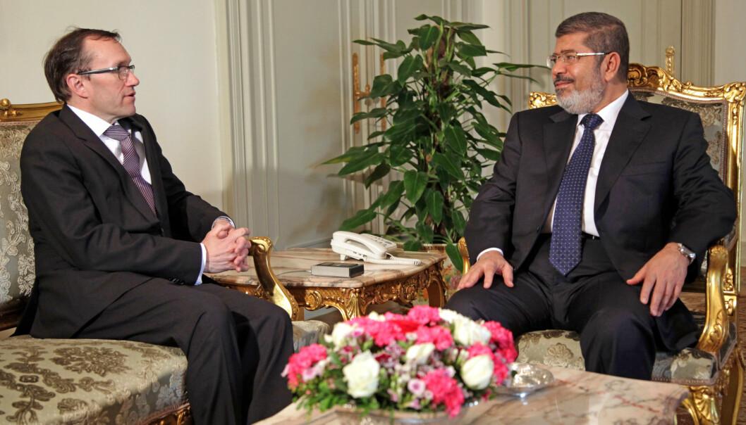 Egypts tidligere president Mohamed Mursi, her avbildet under et møte med daværende utenriksminister Espen Barth Eide (Ap) i Kairo i 2013, er dømt for forakt for retten. Foto: Steinar Schjetne / NTB scanpix