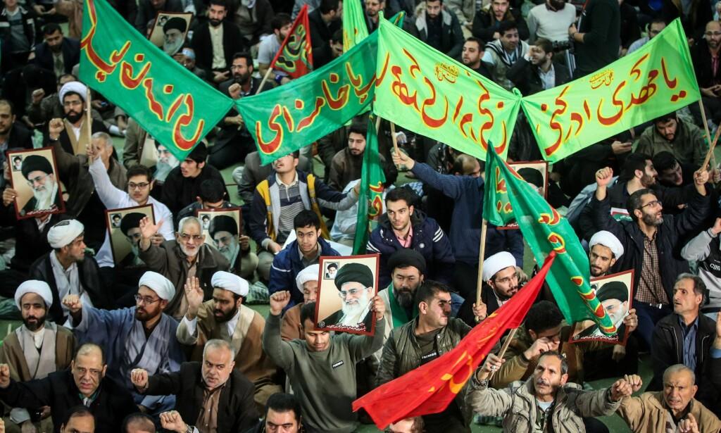 MOTDEMONSTRASJON: Lørdag ble det også avholdt regimevennlige demonstrasjoner i Teheran. Foto: AFP PHOTO / TASNIM NEWS / HAMED MALEKPOUR / NTB scanpix