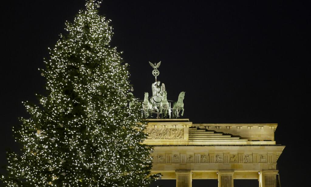 NYTTÅRSFEIRING: Nyttårsaften er det igjen klart for storstilt nyttårsfeiring ved Brandenburger Tor. Men forslaget om å opprette egne trygge soner for kvinner, får kritikk. Foto: AP / NTB scanpix