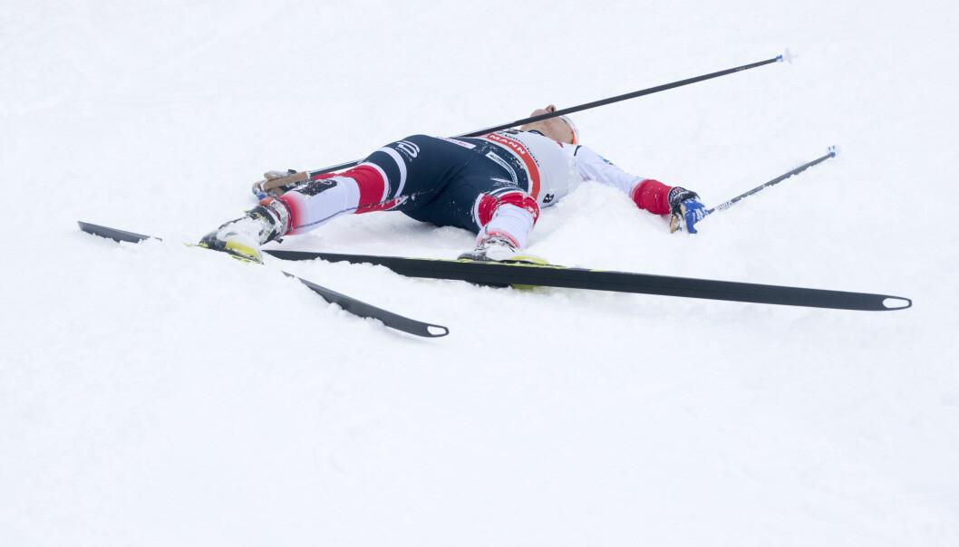 BLE LIGGENDE: Maiken Caspersen Falla klarte ikke å reise seg etter finalen på dagens sprint. Foto: Terje Pedersen / NTB Scanpix