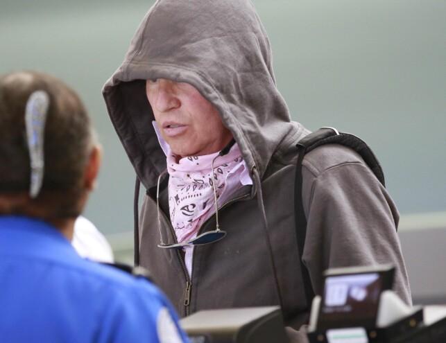 BRYTER TAUSHETEN: Val Kilmer benektet lenge at han var alvorlig syk, selv om han blant annet ble avbildet mens han skjulte et pusterør i halsen bak et tørkle. Nå snakker han åpenhjertig om kreften. Foto: Splash News/ NTB Scanpix