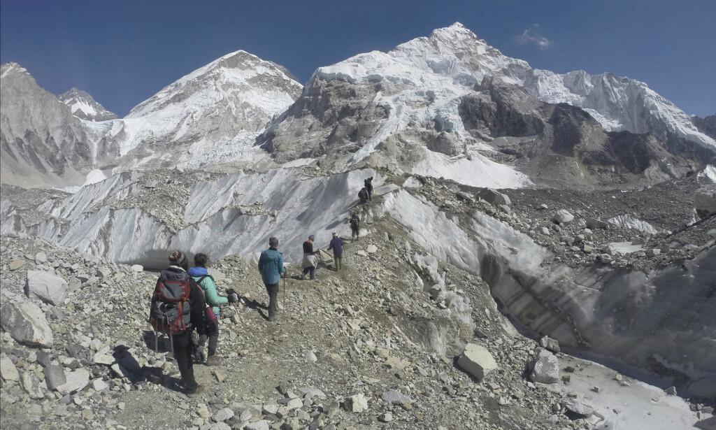 LIVSFARLIG: Mount Everest er verdens høyeste fjell, men også livsfarlig å bestige. Foto: AP Photo/Tashi Sherpa/NTB Scanpix