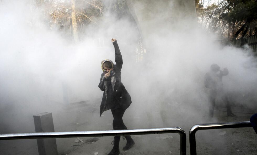 DEMONSTRANT: En gruppe studenter deltok i en protest ved universitetet i Teheran, der de ropte slagord mot regimet. Foto: AP Photo / NTB scanpix