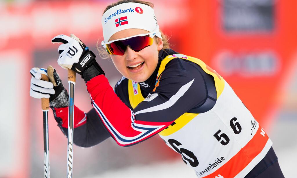 SEIERSGLISET: Ingvild Flugstad Østberg ser at hun har knust feltet på den andre etappen av Tour de Ski. Foto: Bildbyrån