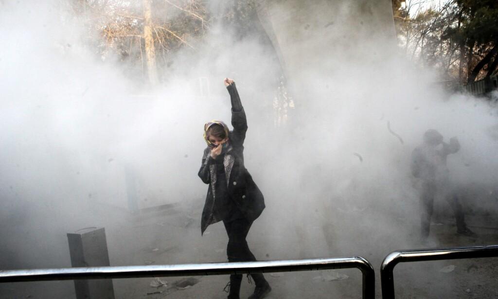 I KAMP MOT REGIMET: Studenter ved Universitet i Teheran står igjen på barrikadene for demokrati og bedre økonomiske kår i Iran. Foto AFP/Scanpix NTB