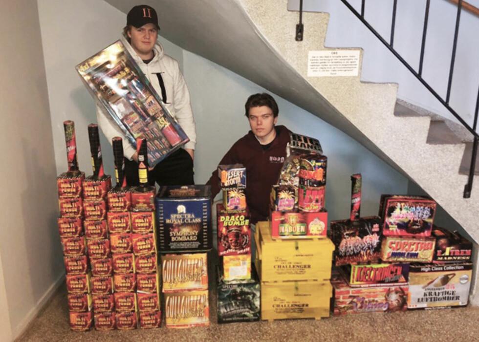 DYR MORO: 19-åringene Christian Holo (t.v.) og Johan Fjeld (t.h.) med mesteparten av fyrverkeriet de har kjøpt inn til nyttårsfeiringen. Foto: Sebastian Røvde