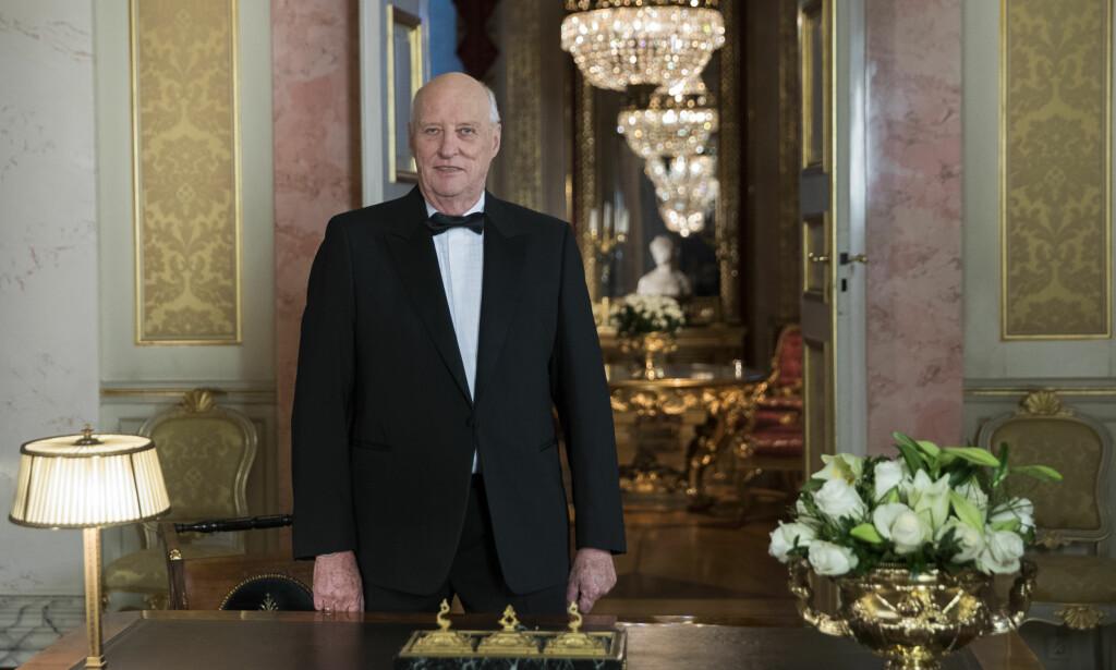 ÅRVISS TRADISJON: Kong Harald holder nyttårstalen 2017 på Slottet. Foto: Berit Roald / NTB Scanpix