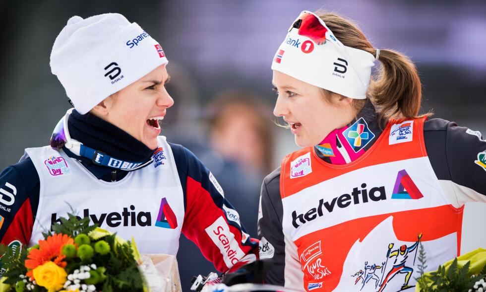 NUMMER EN OG TO: Ingvild Flugstad Østberg (til høyre) leder Tour de Ski foran Heidi Weng. Her er de sammen etter dagens jaktstart. Foto: Bildbyrån