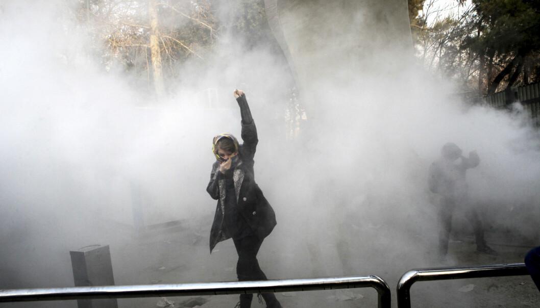 TROSSER TÅREGASSEN: En student ved Teheran universitet på lørdag. Foto: AP / NTB Scanpix