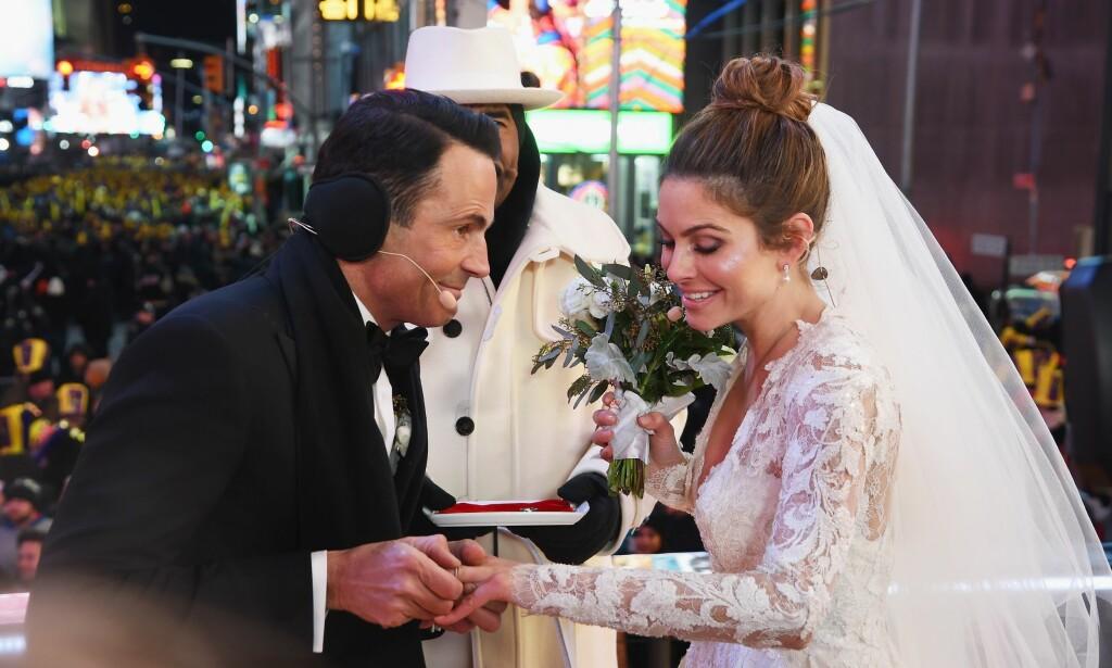 GIFTET SEG PÅ DIREKTEN: Keven Undergaro og Maria Menounos gifter seg under en livesending med Menounos og Steve Harvey på Time Square rett før midnatt 31. desember. Foto: NTB Scanpix.
