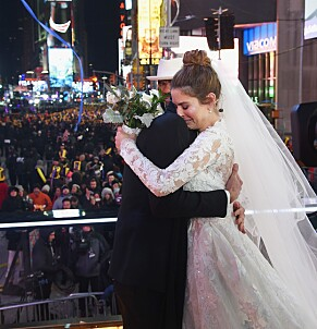 RØRT: Maria Menounos feller en tåre etter den rørende vielsen på Time Square. Foto: NTB Scanpix