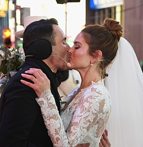 SEIERS KYSS: Keven Undergaro kysser sin brud, Maria Menounos, etter at de har gitt hverandre sitt «ja» foran et storslått publikum på nyttårsaften. Foto: NTB Scanpix