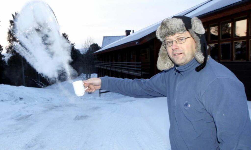 BEST INNE: Tom Hansen i Karasjok viser hvordan vannet fryser til is med en gang det forlater koppen hans. Bildet er fra 2016. Foto: Lise Åserud, NTB Scanpix