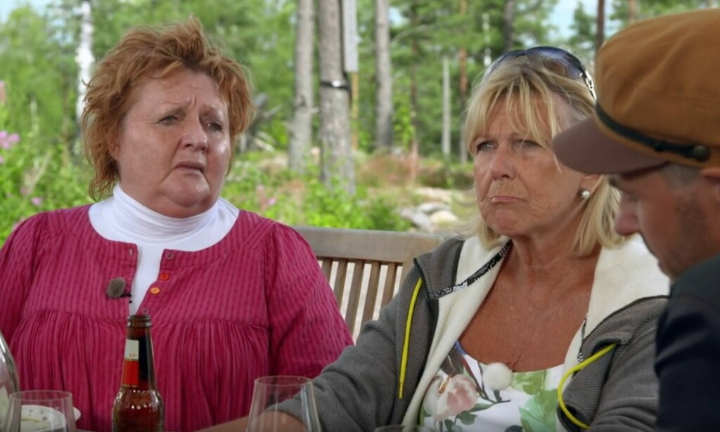 BLIR BERØRT: Skuespiller Marianne Mörck (t.v.) og Ann-Louise Hanson. Peter Jöback helt til høyre i bildet. Foto: SVT