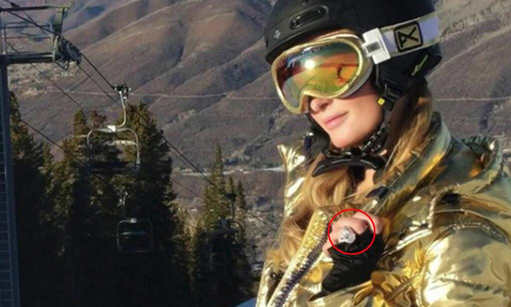 STOR RING: Paris Hilton viser frem sin nye forlovelsesring til 17 millioner kroner. Foto: NTB Scanpix