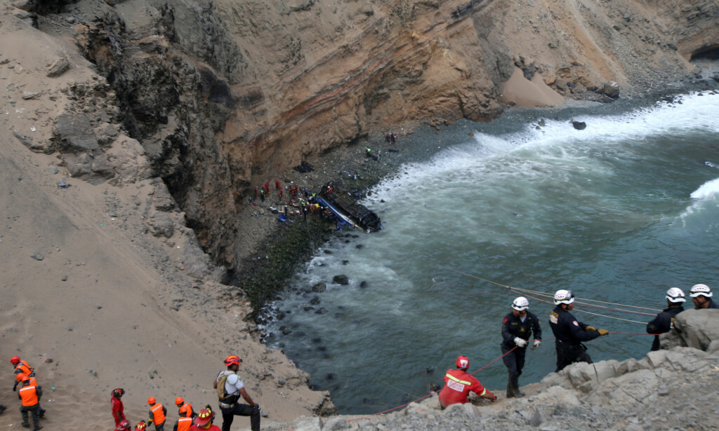 100 METER: Bussen falt omkring 100 meter etter kollisjonen. Foto: REUTERS/Guadalupe Pardo