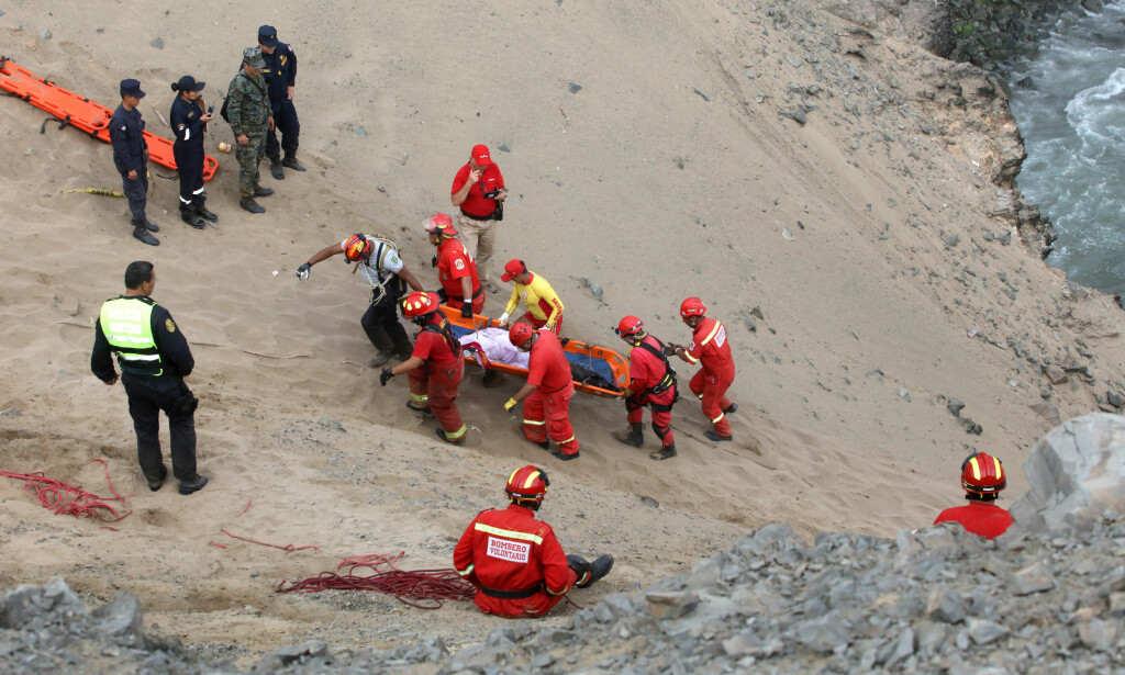 REDNINGSARBEID: Omkomne blir hentet opp fra ulykken. Foto: REUTERS/Guadalupe Pardo
