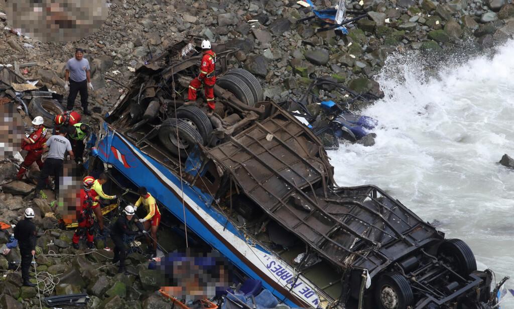 ULYKKE: Flere er omkommet etter at en buss stupte ned 100 meter. Foto: REUTERS/Guadalupe