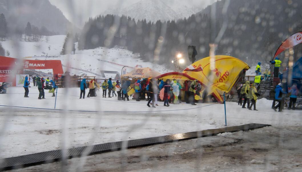 KRAFTIG VIND: Vind, lyn og torden gjorde at sprinten i Oberstdorf ble avlyst onsdag. Foto: Jon Olav Nesvold/Bildbyrån