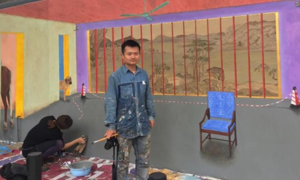 TOM STOL: Kunstnerparet Marine Brossard og Hu Jiamin under arbeidet med fresco-maleriet i Shenzhen. Kort etter avdukingen ble det sensurert bort av myndighetene. Foto: Privat / AFP
