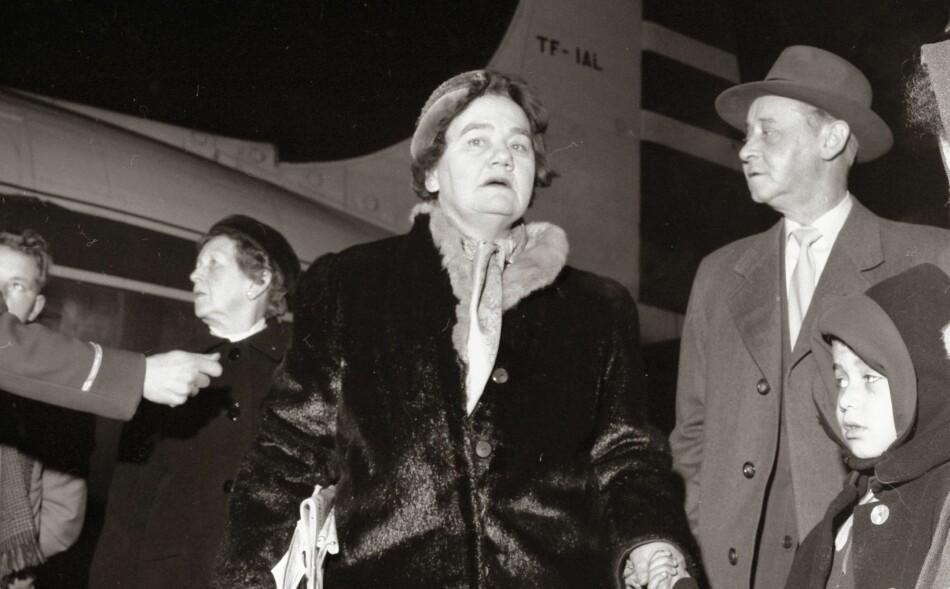 LISE DEN STORE: Lise Lidbæk skrev journalistisk krigshistorie for Dagbladet for 80 år siden. Her ser vi henne på Fornebu 19. desember 1957, etter at hun har har reist en aksjon for å hjelpe de 6000-7000 barna i Vest-Tyskland «som har tysk mor og en farget, amerikansk soldat til far.», som det står i følgeteksten fra dengang. Foto: NTB Scanpix