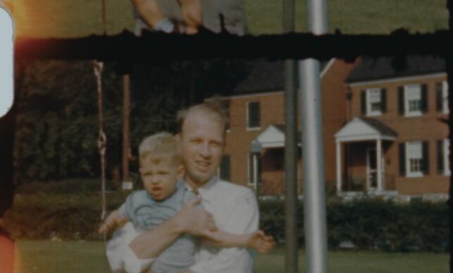 FAR OG SØNN: Frank Olson falt fra et hotellvindu og døde i 1953. Siden har dødsfallet hans vært et mysterium. Her med sønnen Eric. Foto: Netflix
