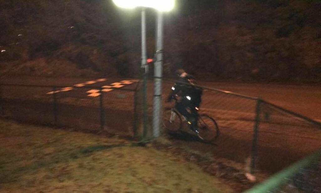 DRAMATISK: Her stikker en av de siktede i saken av på sykkel. Til slutt klarte en politibetjent på en hittet sykkel å fange tyvene. Foto: Politiet