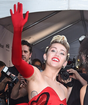 <strong>HÅRETE VINK:</strong> Miley Cyrus viste frem ubarberte armhuler i 2015. Foto: NTB Scanpix