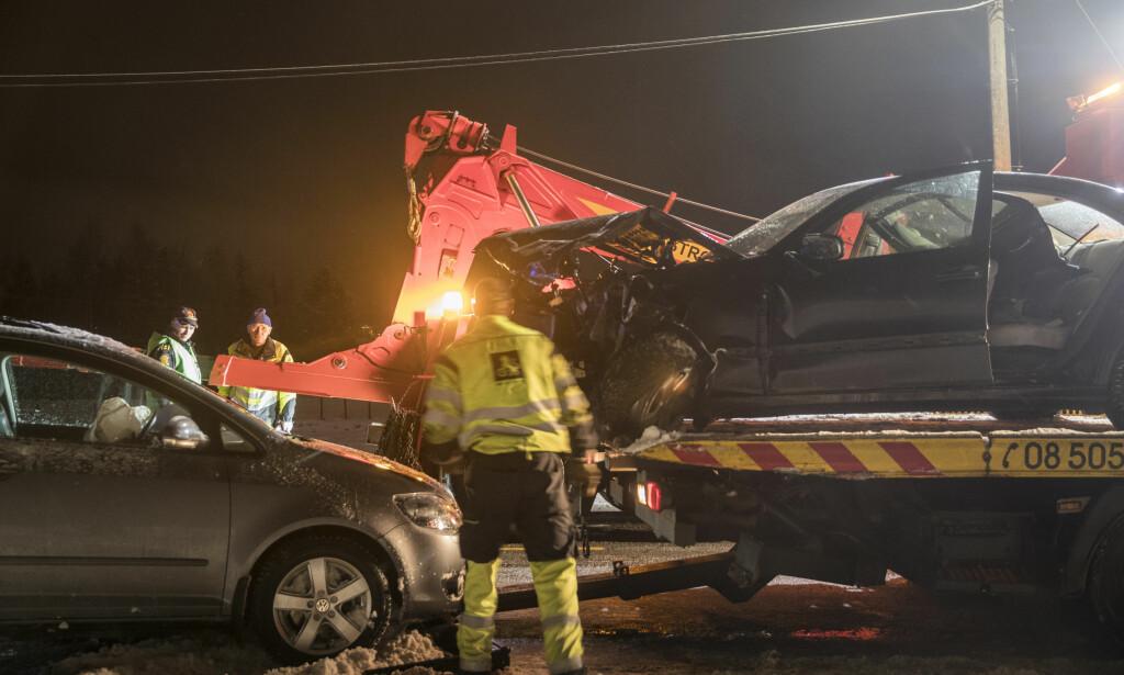 Møteulykke: Tre biler var involvert i en ulykke på fylkesvei 120 mellom Skedsmokorset og Kjeller. Ingen av de tre personene som satt i bilene, ble alvorlig skadd. Foto: Vidar Ruud / NTB scanpix.
