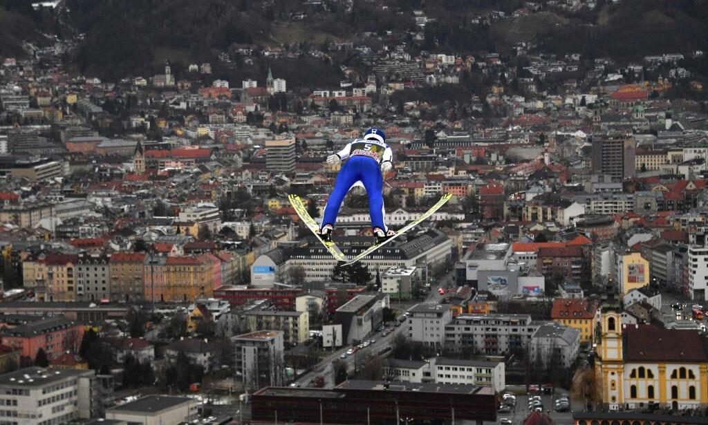 UTSIKT: Hopperne har god utsikt over Innsbruck når de hopper i Bergiselbakken. Men det fikk ikke amerikanerne oppleve i går. Foto: NTB scanpix