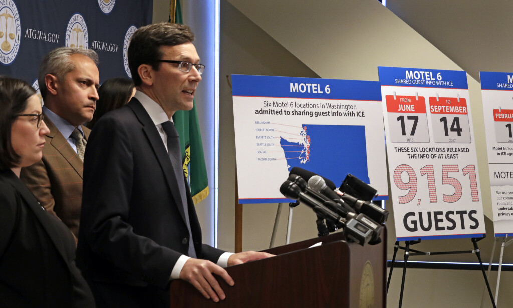 GÅR TIL SØKSMÅL: Justisministeren i delstaten Washington, Bob Ferguson, på en pressekonferanse onsdag der han forteller de saksøker motellkjeden Motel 6. Foto: NTB scanpix