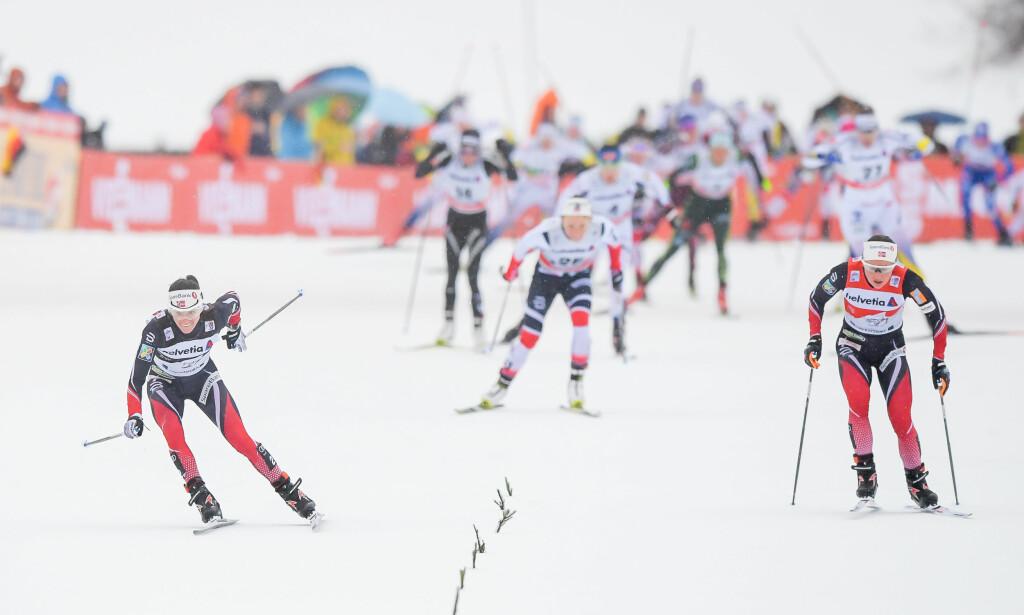 DRAMA: Heidi Weng falt på oppløpet i spurtduellen mot Ingvild Flugstad Østberg, som dermed vant igjen og økte ledelsen i Tour de Ski sammenlagt. Foto: Jon Olav Nesvold / Bildbyrån