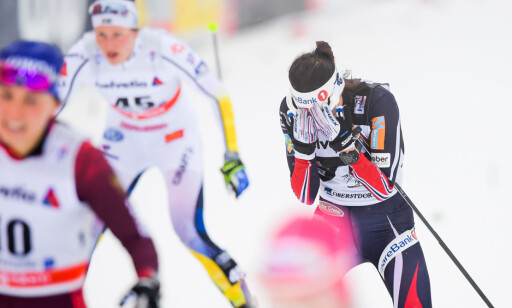 FORTVILTE: Heidi Weng var langt nede etter fallet i spurten. Foto: Jon Olav Nesvold / Bildbyrån