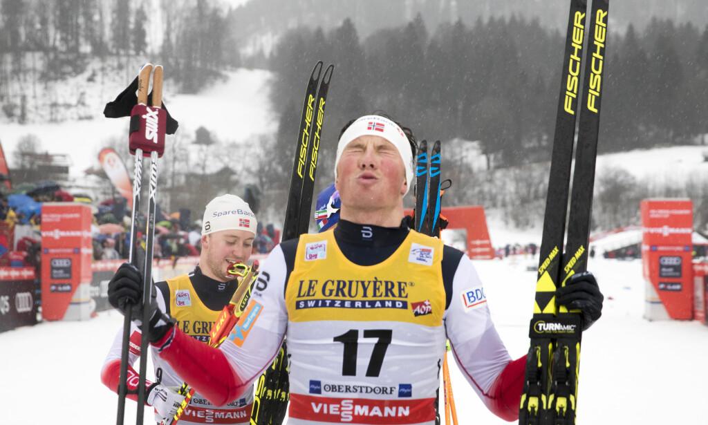 VANT: Emil Iversen banket all motstand og vant 15 kilometer fristil foran Sindre Bjørnestad Skar i et høydramatisk renn. Foto: Terje Pedersen / NTB scanpix