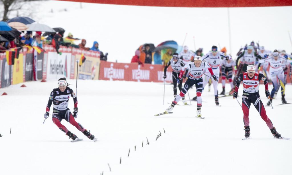 AVGJØRES TOUREN HER: Heidi Weng sklir på isen i oppløpet, og taper over tjue sekunder i forhold til konkurrenten Ingvild Flugstad Østberg. FOTO Terje Pedersen / NTB scanpix