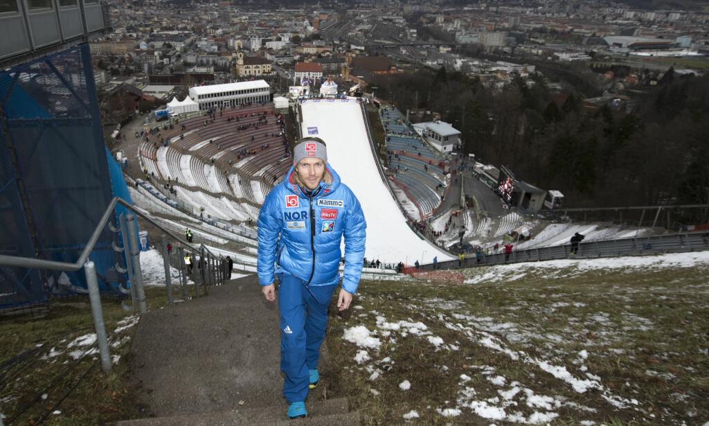 GOD UTSIKT: Bjørn Einar Romøren stortrives i jobben som markedssjef for hopperne. Her er han på kulen i Bergiselbakken i Innsbruck i Østerrike. Foto: Terje Bendiksby / NTB scanpix