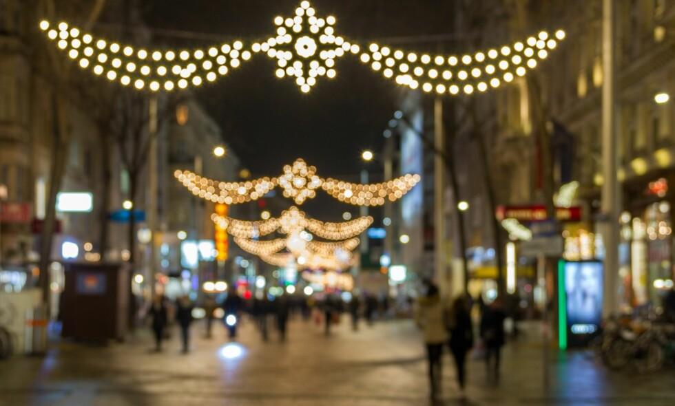 DYR GJELD: Over en halv million nordmenn synes de bruker mer penger på julegaver enn de burde. Det kan for mange ende med en tung økonomisk start på det nye året. Foto: NTB Scanpix / Shutterstock