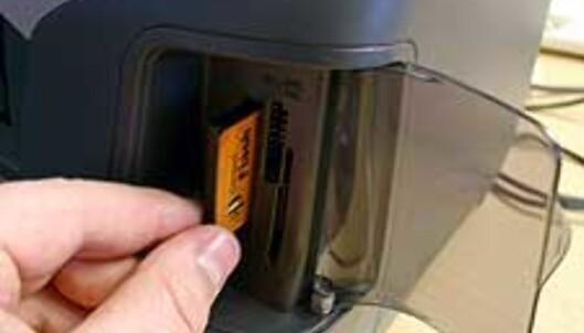 Til høyre i fronten sitter en kortleser for de fleste aktuelle minnekort (inkl xD)