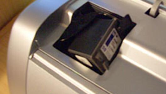 Under lokket finner du et lite rom der du kan plassere gråtone-kassetten når den ikke er i bruk.