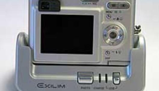 Når batteriet skal lades eller du skal overføre bilder til PCen, setter du bare kameraet i denne dokkingstasjonen.