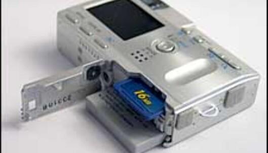 Minnekort og batteri skjules bak samme luke på undersiden av kameraet.