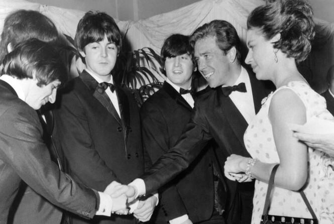 <strong>I GODT SELSKAP:</strong> Prinsesse Margaret og Antony Armstrong-Jones trivdes i kulturelle kretser og var begge to svært sosiale. Her i samtale med medlemmene fra popgruppen The Beatles i 1965. Foto: NTB Scanpix